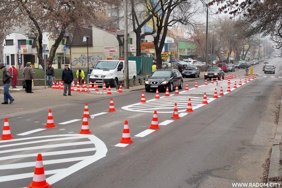 Radom. Ulica Andrzeja Struga - malowanie oznakowania w rejonie przejazdu rowerowego.