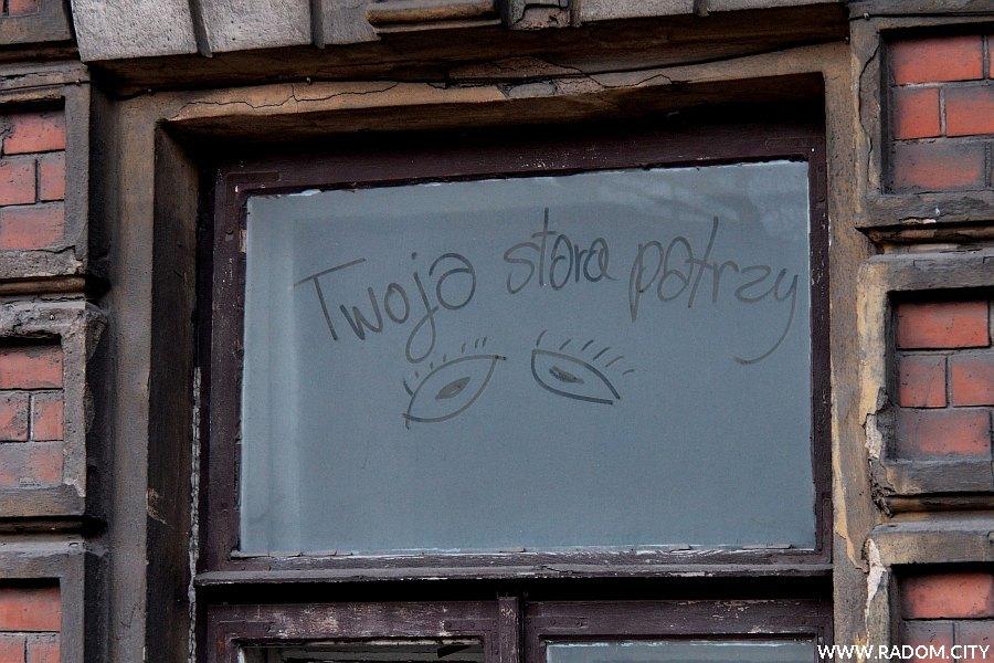 Radom. Napis w oknie kamienicy przy ul. Traugutta 51.