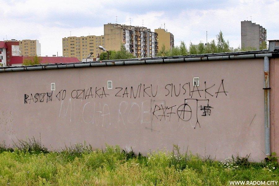 Radom. Napis na garażach przy ul. Paderewskiego.