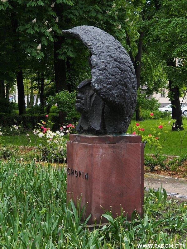 Radom. Pomnik Chopina w parku Kościuszki.