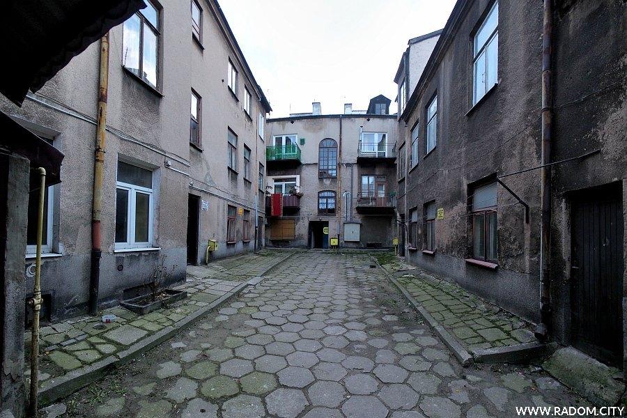 Radom. Podwórze kamienicy przy ul. Szewskiej 22.
