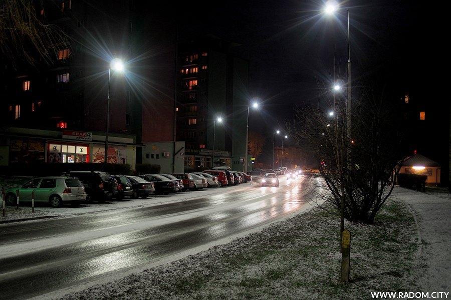 Radom. Ulica Kusocińskiego wieczorem.
