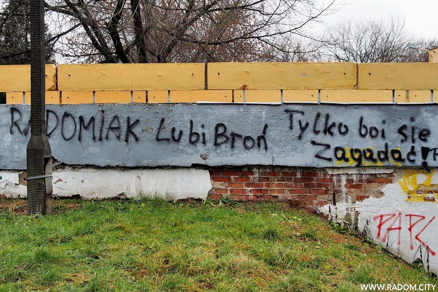 Radom. Napis na murze amfiteatru przy ul. Parkowej.