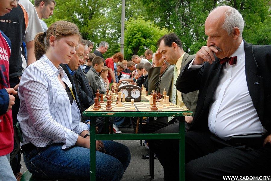 Radom. Próba bicia rekordu gry w szachy, przy pierwszej szachownicy Janusz Korwin-Mikke.
