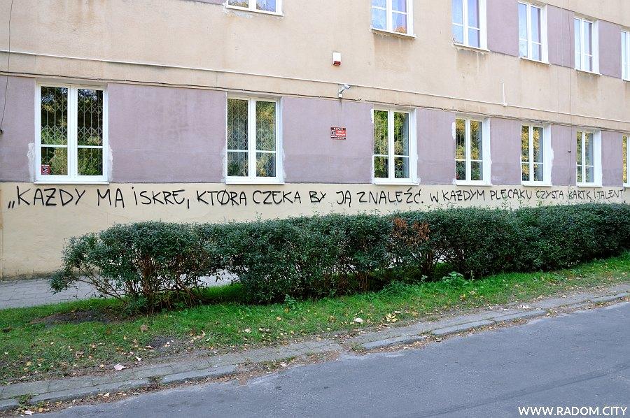 """Radom. Napis na budynku Zespołu Szkół przy Śniadeckich (Eldo - """"Czysta kartka"""")."""