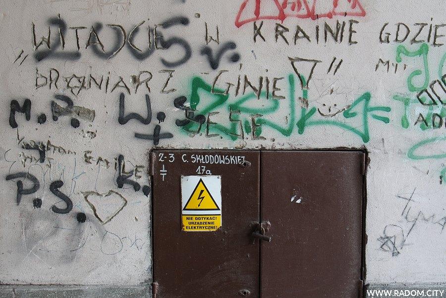 Radom. Napisy w bramie - Curie-Skłodowskiej 17.