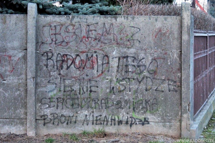 Radom. Napis na ogrodzeniu przy ul. Kujawskiej.