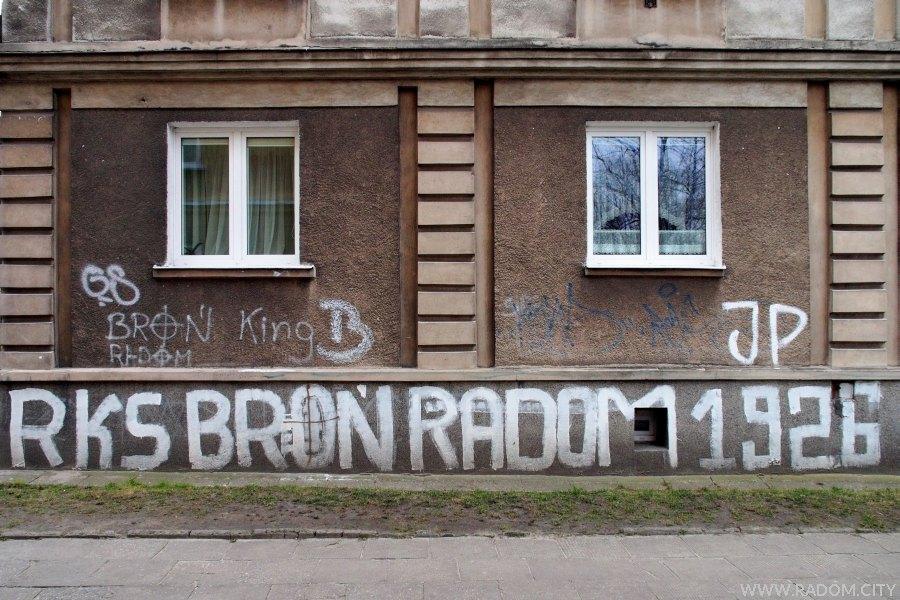 Radom. RKS Broń Radom  - napis na bloku przy ul. Planty.
