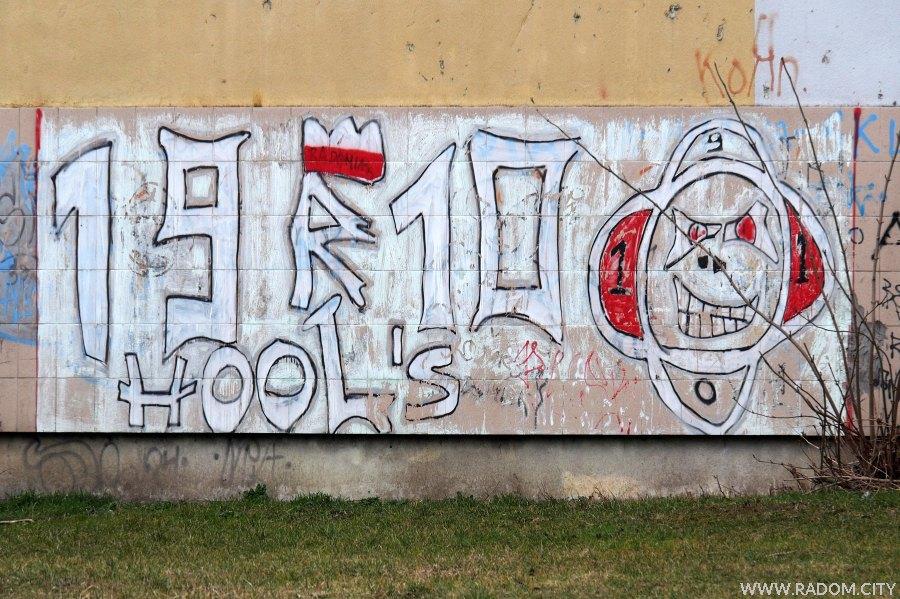 Radom. Graffiti na ścianie sali gimnastycznej LO im. Traugutta.