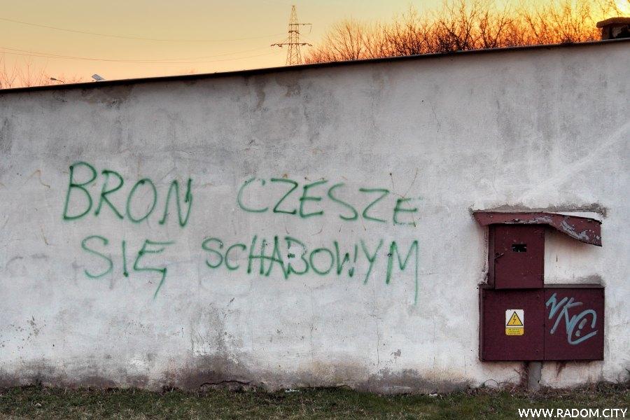 Radom. Napis na garażach przy ul. Kosowskiej.