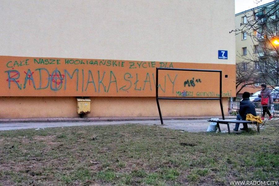 Radom. Napisy na ścianie bloku przy ul. Maratońskiej 7.