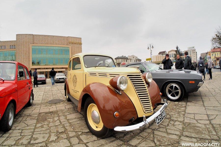 Radom. Zlot starych samochodów na placu Jagiellońskim.