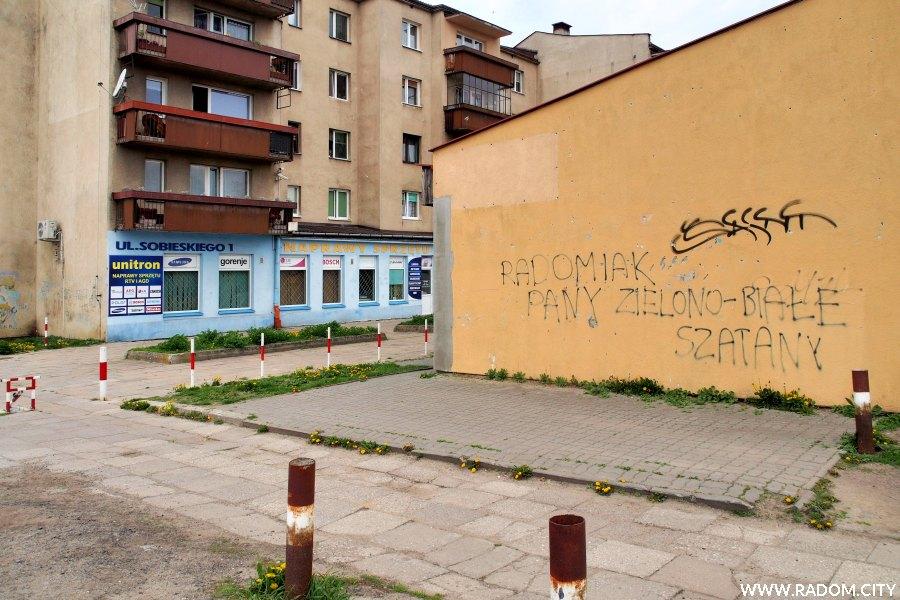 Radom. Napis na budynku przy ul. Mieszka I.
