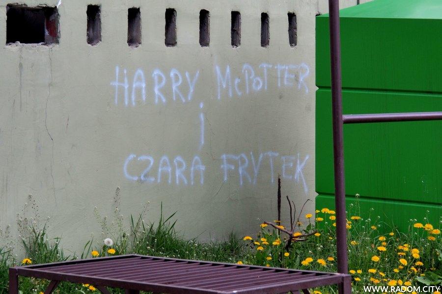 Radom. Napis na śmietniku przy ul. Placowej.