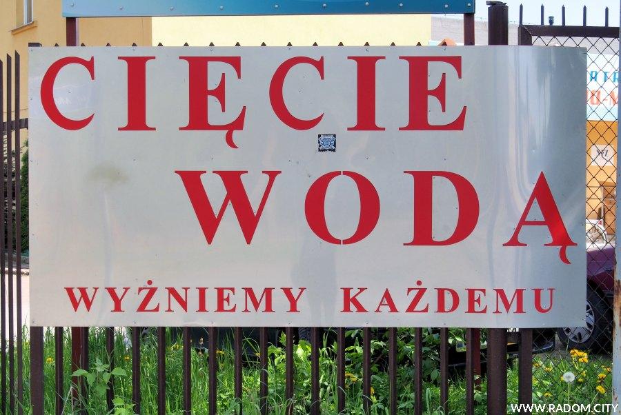 Radom. Tablica na płocie - Odrodzenia/Metalowa.