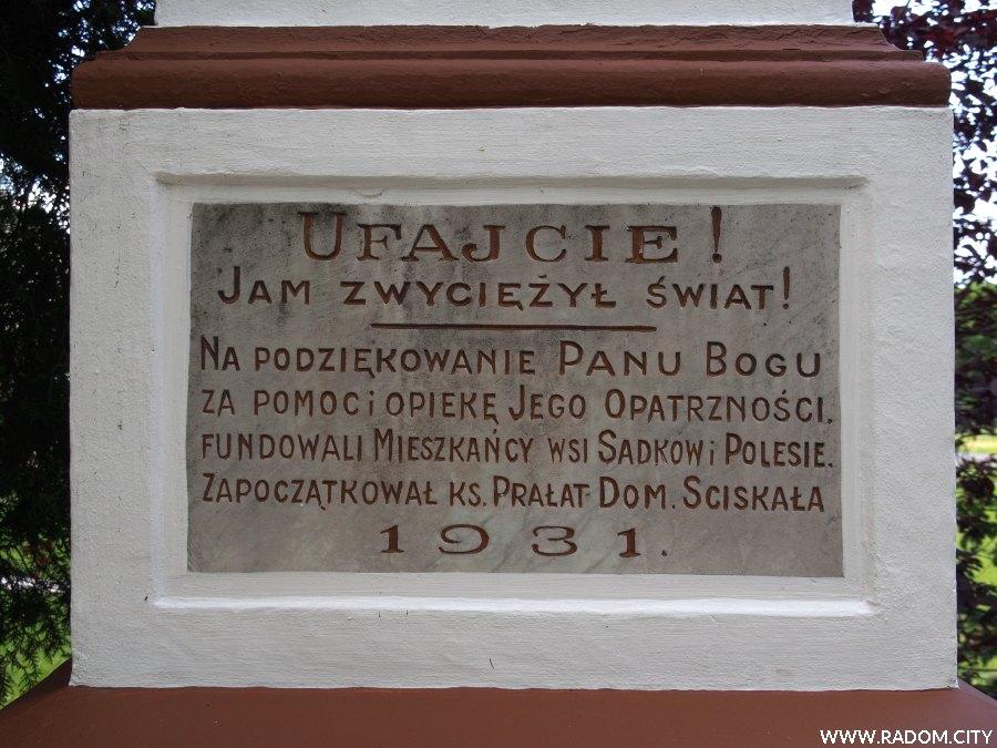 Radom. Krzyż z 1931r. na terenie jednostki wojskowej na Sadkowie.