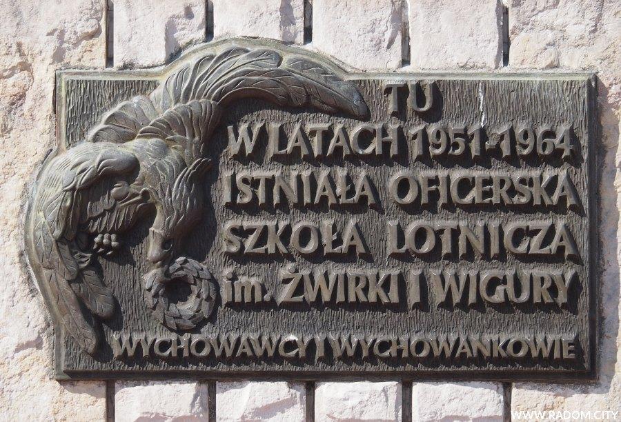 Radom. Tablica pamiątkowa na terenie jednostki wojskowej na Sadkowie.