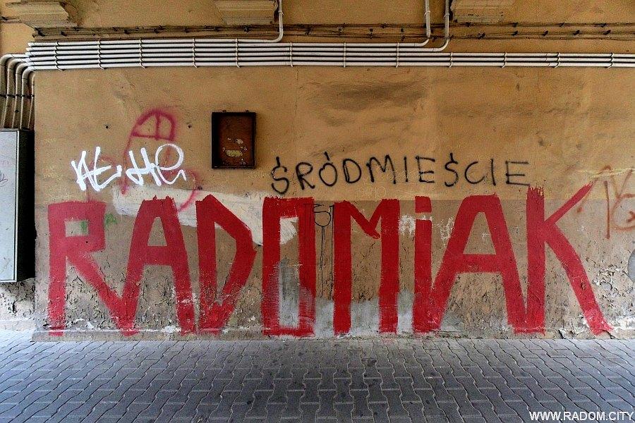 """Radom. """"Radomiak"""" w bramie kamienicy przy ul. Traugutta."""