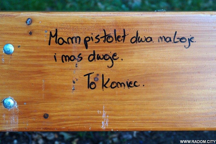 """Radom. Napis na ławce w parku """"Leśniczówka""""."""