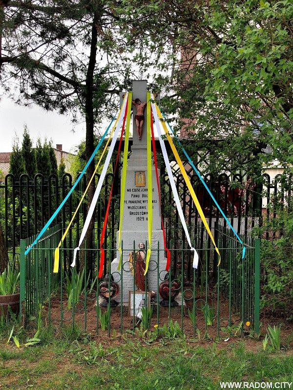 Radom. Krzyż przy ul. Brzustowskiej 61.