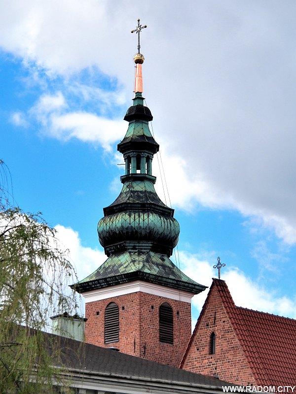 Radom. Wieża kościoła św. Katarzyny z nowym krzyżem.