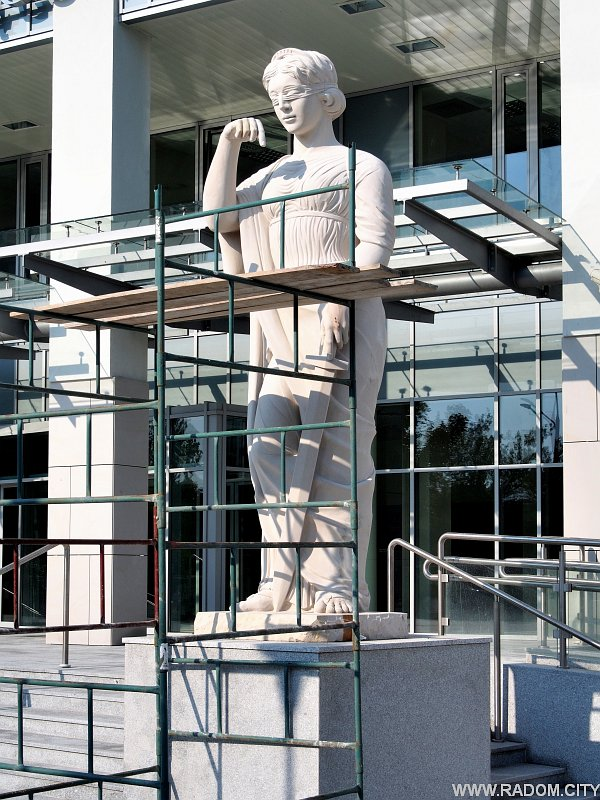 Radom. Temida przed nowym budynkiem sądu.
