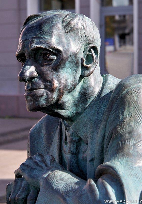Radom. Pomnik profesora Leszka Kołakowskiego.