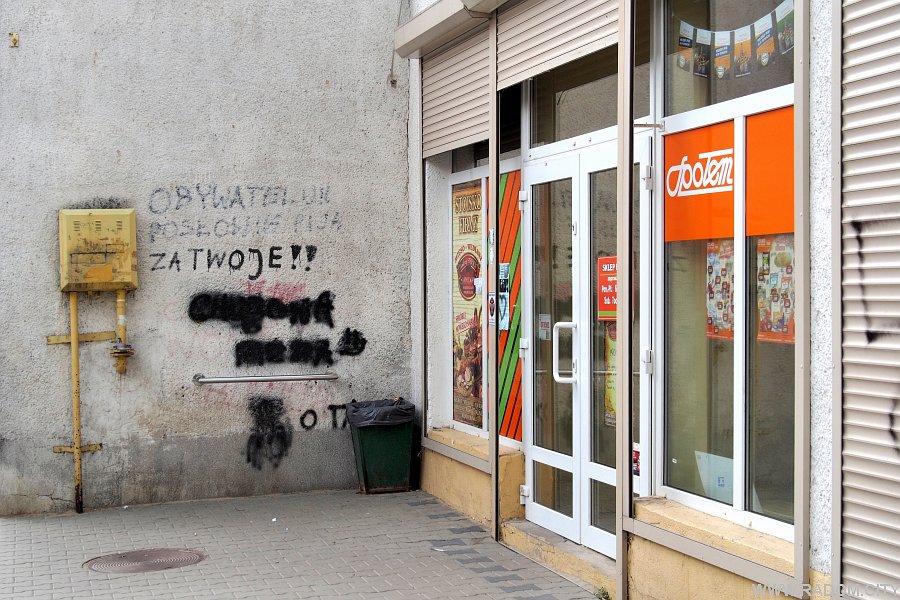 Radom. Napisy na pawilonie handlowym przy Olsztyńskiej.