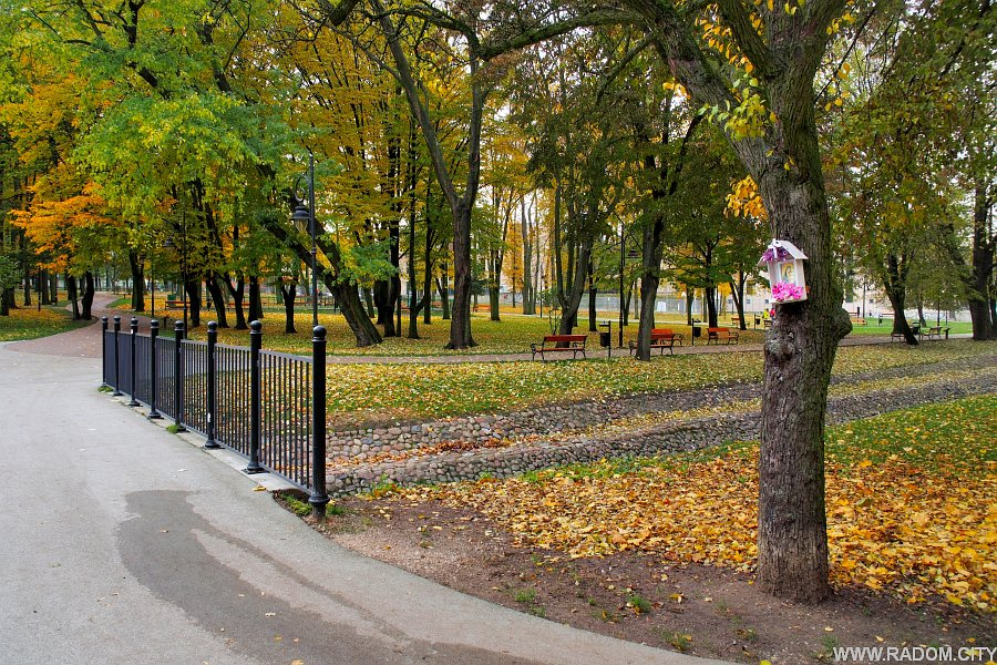 Radom. Park Leśniczówka jesienią.