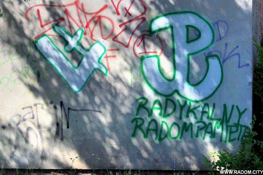 Radom. Napis na ścianie - Odrzańska/Okulickiego.