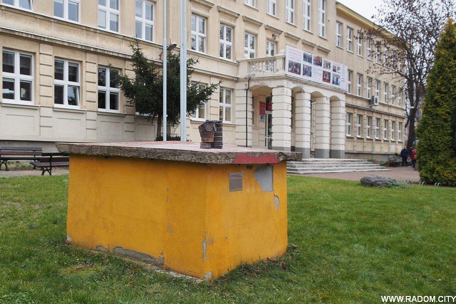 Radom. Maska pgaz przed liceum Kochanowskiego.