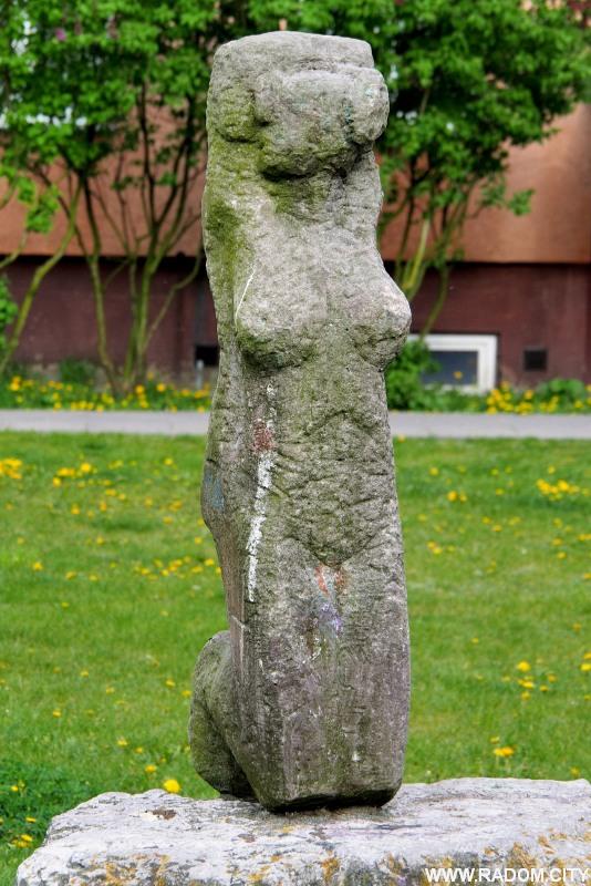 Radom. Rzeźba przy PCK.