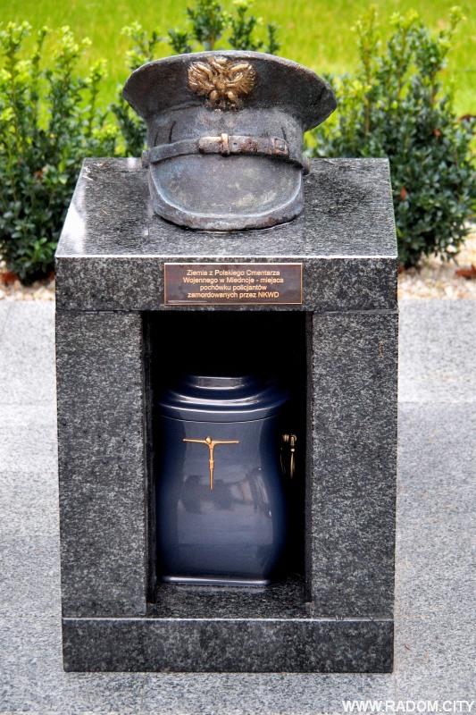 Radom. Odsłonięcie pomnika przed budynkiem policji.